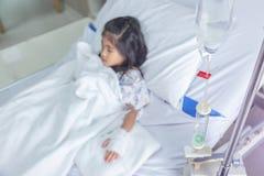 Клиника излечивает жидкости ребенк внутривенные к вене крови в hosital комнате стоковое фото