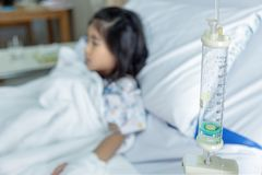 Клиника излечивает жидкости ребенк внутривенные к вене крови в hosital комнате стоковое фото rf