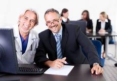 клиника обсуждая доктора его пациент Стоковое фото RF