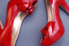 клиппирование содержит женщин ботинок красного цвета путя пятки высоких Взгляд сверху Предпосылка голубого серого цвета стоковое фото
