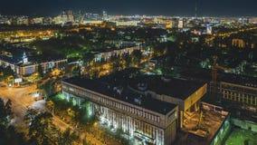 клип фильма 4k Timelapse светов на сумраке, Казахстана города Алма-Ата, Средней Азии Движение с автомобилями и облаками видеоматериал