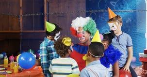 Клоун взаимодействуя с детьми во время вечеринки по случаю дня рождения 4k видеоматериал