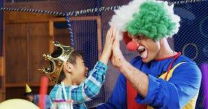 Клоун давая максимум 5 к мальчику во время вечеринки по случаю дня рождения 4k сток-видео