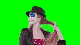 Клоун девушки играет с волосами смеясь над на камере видеоматериал
