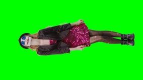 Клоун девушки стоя на зеленой предпосылке акции видеоматериалы