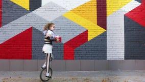 Клоун девушки с праздничным подарком в ее руках сток-видео