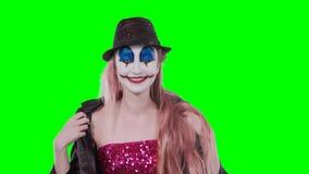 Клоун девушки фиксирует поцелуи платья смеясь над на камере видеоматериал