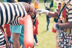 Клоун делая диаграммы от воздушных шаров на парке Стоковые Фото