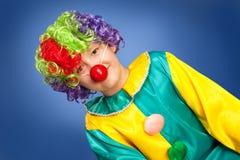Клоун дня рождения в полном костюме стоковые фотографии rf