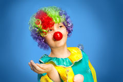 Клоун дня рождения в полном костюме стоковые изображения rf