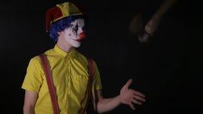 Клоун жонглирует деревянной осью с одной рукой видеоматериал
