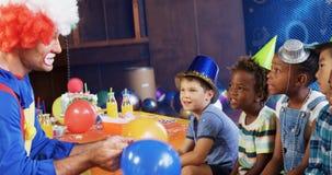 Клоун играя с детьми во время вечеринки по случаю дня рождения 4k видеоматериал