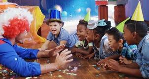 Клоун играя с детьми во время вечеринки по случаю дня рождения 4k акции видеоматериалы