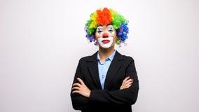 Клоун с красочным париком в деловом костюме видеоматериал