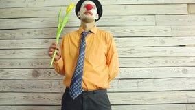Клоун с цветками в руке сток-видео