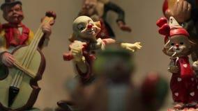 Клоун с figurine скрипки сток-видео