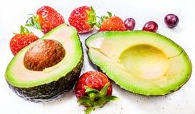 Клубника и виноградины авокадоа Стоковое Изображение