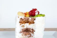 Клубника и киви на белой плите Стоковая Фотография RF