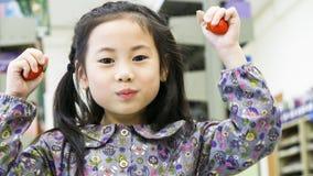 Клубника плодоовощ положения и владения девушки Smiley смешная азиатская милая Стоковая Фотография RF