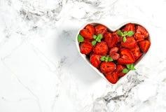 Клубника приносить ягоды еды листьев мяты сердца зеленые стоковые изображения rf