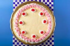 клубника сливк именниного пирога Стоковая Фотография RF