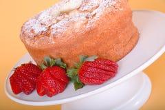 Клубники и торт еды угла стоковое фото
