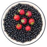 Клубники и чернота смородины Чашка с ягодой черной смородины и Стоковые Изображения