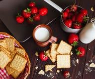 Клубники с печеньями и молоком Стоковые Изображения RF