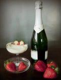 клубники cream чашки шампанского свежие Стоковое Фото