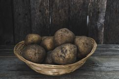 Клубни картошек в плетеной корзине Стоковая Фотография RF
