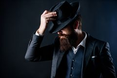 Клуб англичанина Сыщик в шляпе Зрелый хипстер с бородой зверский кавказский хипстер имеет усик Бизнесмен внутри стоковое изображение rf
