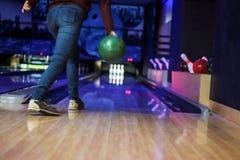 клуб для боулинга бросает шарик стоковое фото rf