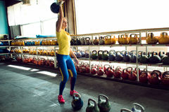 Клуб Kettlebell Девушка получает готовой сделать разминку с весами, нажимает длительный цикл стоковые фото