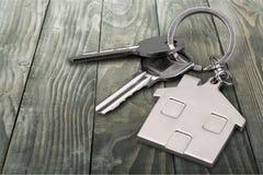 2 ключа дома на деревянной предпосылке Стоковое Фото