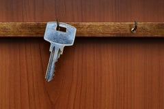 Ключевая смертная казнь через повешение от крюка на стене Ключевая смертная казнь через повешение на вешалке Стоковое фото RF