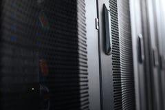 Ключевые шкафы сервера в центре данных стоковая фотография rf