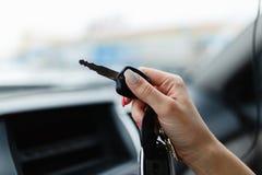 Ключи автомобиля в руке девушки в интерьере автомобиля Стоковая Фотография RF