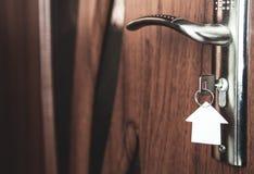 Ключи в keyhole с бумажным домом Стоковое фото RF