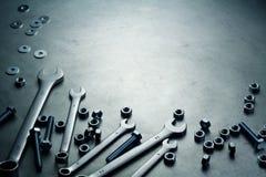Ключи, гайки и винты на плите Стоковое Изображение