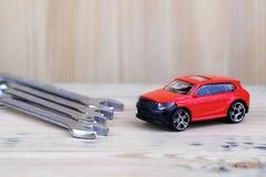 Ключи для завинчивать гайки хромовой стали на лож таблицы во фронте стоковое фото rf