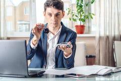 Ключи и документы автомобиля удерживания агента для регистрации автомобиля Концепция продажи покупки и проката перехода стоковое изображение