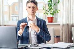 Ключи и документы автомобиля удерживания агента для регистрации автомобиля Концепция продажи покупки и проката перехода стоковые изображения