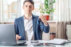 Ключи и документы автомобиля удерживания агента для регистрации автомобиля Концепция продажи покупки и проката перехода стоковые фото
