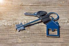 Ключи к дому лежат на деревянной предпосылке, концепции покупать свойство стоковое фото rf