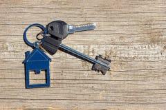 Ключи к дому лежат на деревянной предпосылке, концепции покупать свойство стоковые изображения rf