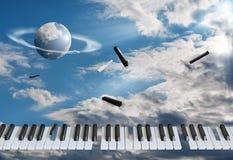 Ключи летая рояля получают дунутыми врозь На фоне голубого неба, в белых облаках стоковое фото