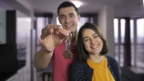 Ключи мужской руки тряся к новому дому внутри помещения сток-видео