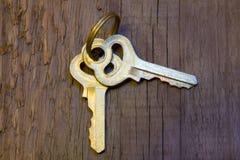 Ключи на деревянной предпосылке Стоковые Изображения