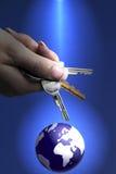 ключи удерживания руки к миру womans Стоковая Фотография
