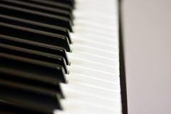 Ключи цифрового рояля, мягко фокусировать, творческого настроения импровизации человека и творческих способностей стоковое фото rf